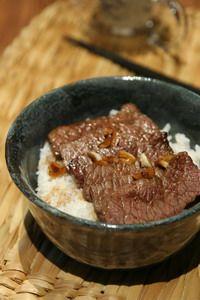 大口吃肉!蒜香醬油牛小排丼